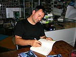 Richard Morgan, firmando un ejemplar de Carbono Alterado